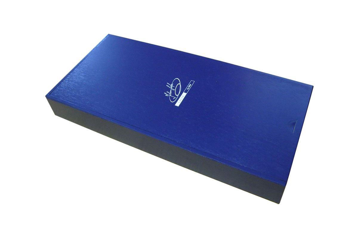 Edle, blau lackierte Holzkiste mit Schiebedeckel und weißem Siebdruck auf dem Deckel