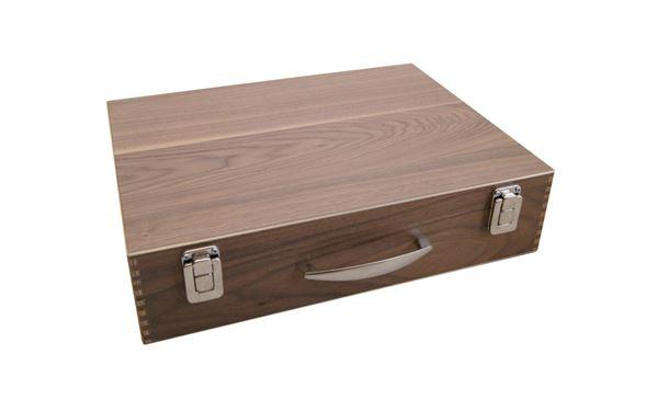 Holzkoffer aus Nussholz mit geschraubten Scharnieren und Verschlüssen