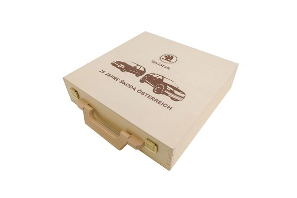 Holzkoffer mit braunem Siebdruck